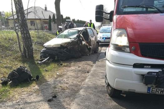 Tragiczny wypadek w Komorowie gm. Regnów. 66-letni kierowca zmarł w szpitalu