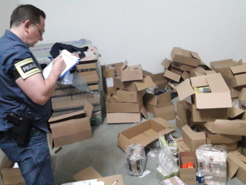 Efekt prac rawskiej policji: Zabezpieczono 17 tysięcy flakonów podrobionych perfum, prawie 48 tysięcy gotowych opakowań