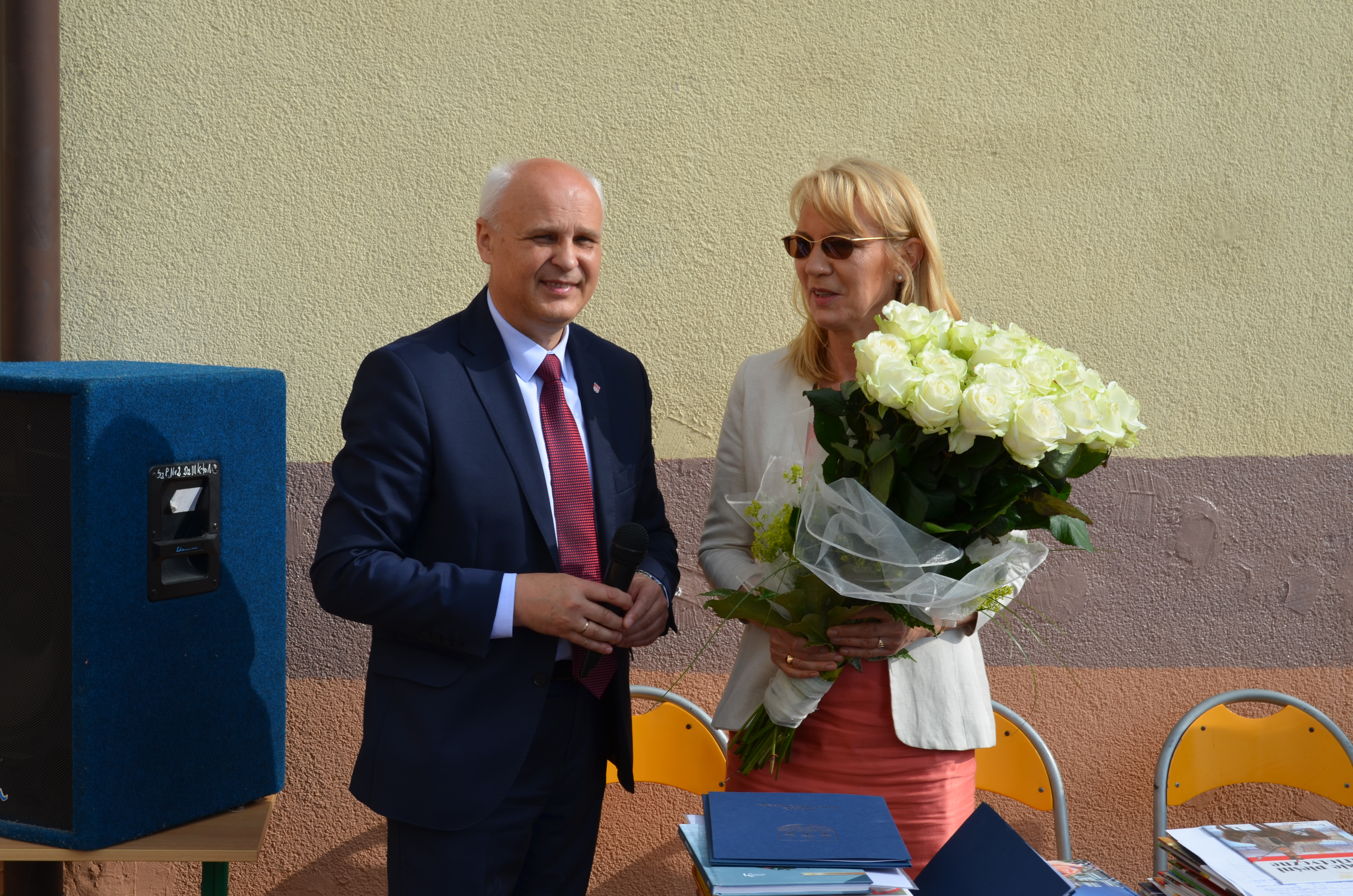 Podczas zakończenia roku szkolnego burmistrz Piotr Irla podziękował Romanie Sawickiej za pracę na stanowisku dyrektora szkoły.