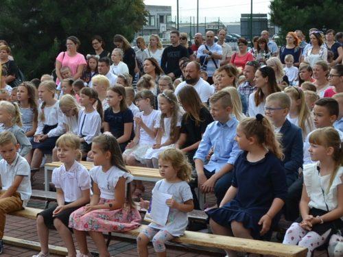 Ponad 600 osób rozpoczęło nowy rok szkolny w Szkole Podstawowej nr 2 (zdjęcia)