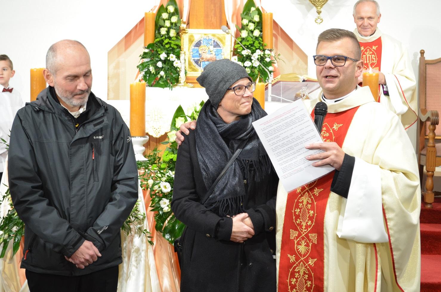 Ks. proboszcz Konrad Świstak wraz z architektami kościoła: Anną Niemczyk-Wojtecką i Robertem Wojteckim.