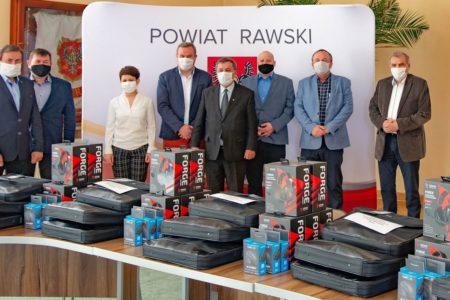 Komputery za 97,5 tys. zł trafiły do szkół powiatowych
