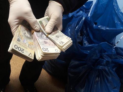 Podrobione markowe ubrania, zegarki i perfumy o wartości ponad 4 mln zł znalezione w jednym z rawskich sklepów