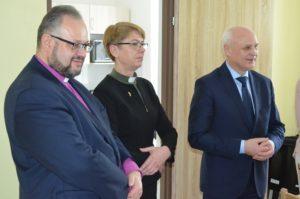 Od lewej przedstawiciele parafii ewangelicko-augsburskiej: biskup Jan Cieślar i diakon Halina Radacz oraz burmistrz Rawy Mazowieckiej - Piotr Irla.