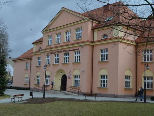 Niemal 1 mln zł dla nauczycieli i pracowników rawskich szkół. Obiecała minister Zalewska. Wypłacono z budżetu miasta