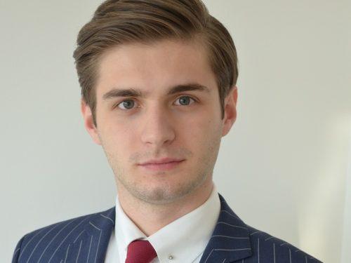 Najmłodszy kandydat do Parlamentu Europejskiego pochodzi z Sadkowic. Uczył się w rawskim LO