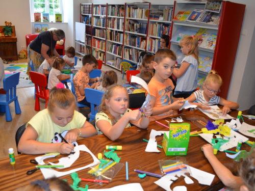 Pan Brumm, bohater literackim zajęć w bibliotece, przyciąga ok. 30 najmłodszych czytelników