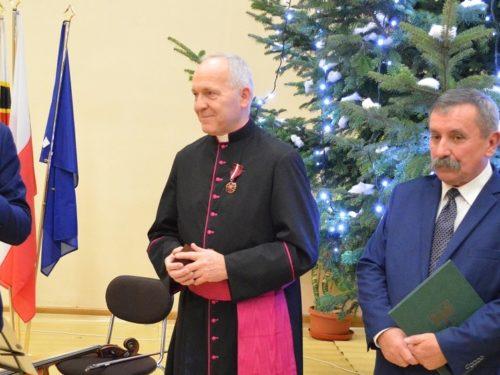 """Medal """"Zasłużony Kulturze Gloria Artis"""" dla ks. Bogumiła Karpa"""