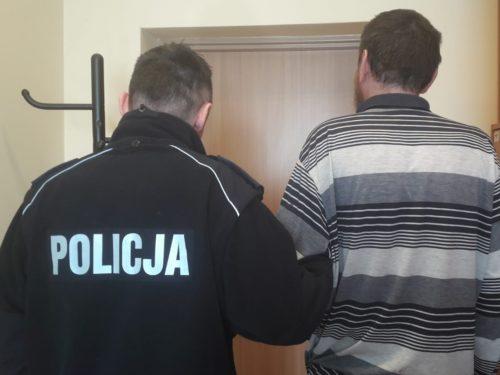 Rozbój na Sójczym. Sprawca schował się przed policją za lodówką. Do aresztu trafił też pokrzywdzony