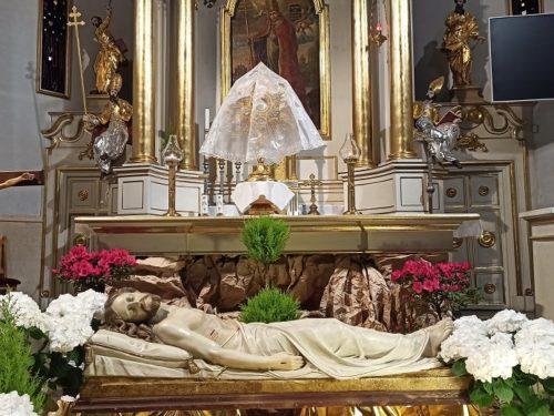 WIELKANOC 2020: Groby Pańskie w rawskich kościołach [zdjęcia]