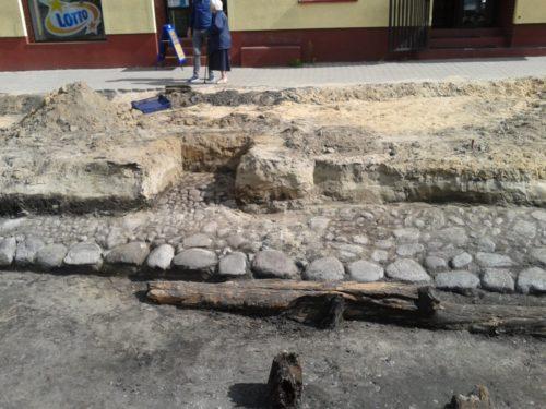 Kolejne archeologiczne odkrycie w centrum Rawy. Czy są to mury miejskie?