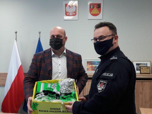 Samorząd przekazał rawskiej policji odblaski, które trafią do mieszkańców gmin powiatu rawskiego