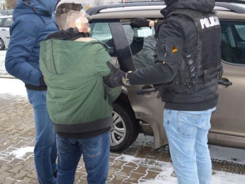 Policja odzyskała skradziony w Rawie samochód. Funkcjonariusze zabezpieczyli też 0,5 kg narkotyków