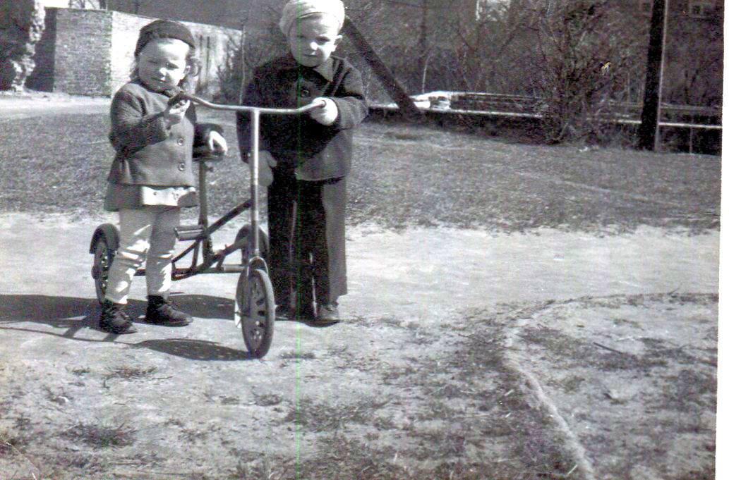 Tomasz Gołka z siostrą Gosią (ok. 1956 roku). Ulica Kilińskiego w Rawie. Aktualnie w tym miejscu znajduje się Bank PKO.