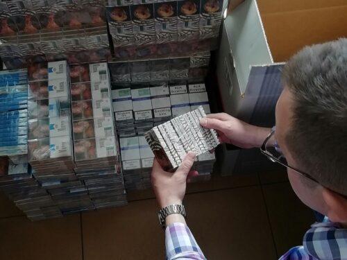 Skarb państwa mógł stracić 90 tys. zł. 4 tys. paczek papierosów bez akcyzy w rękach rawskiej policji