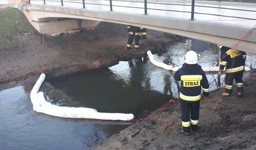 Rawscy strażacy walczyli z ropopochodną plamą na rzece Rylce