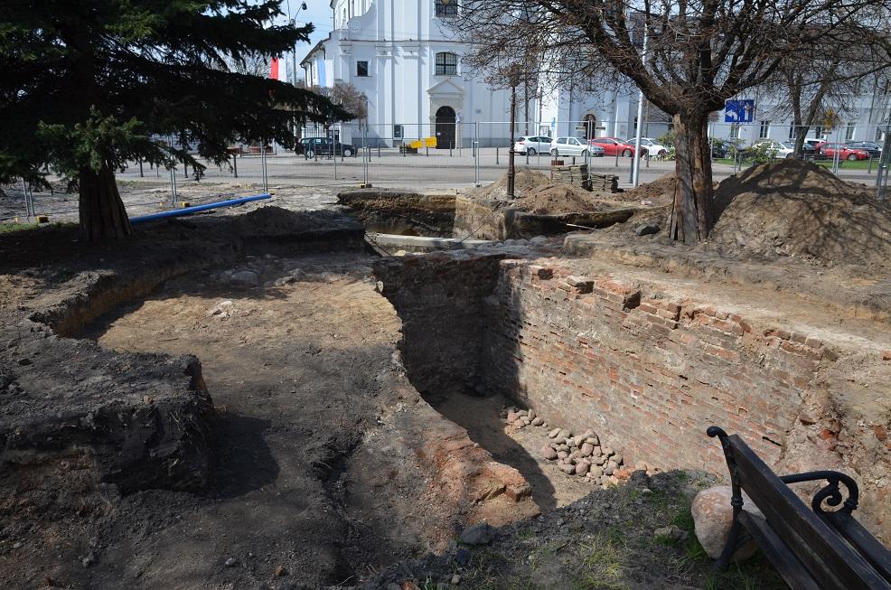 """O tym co archeolodzy znaleźli na Pl. Piłsudskiego w Rawie Mazowieckiej przeczytasz w aktualnym wydaniu gazety """"KochamRawe.pl - magazyn opinii"""""""