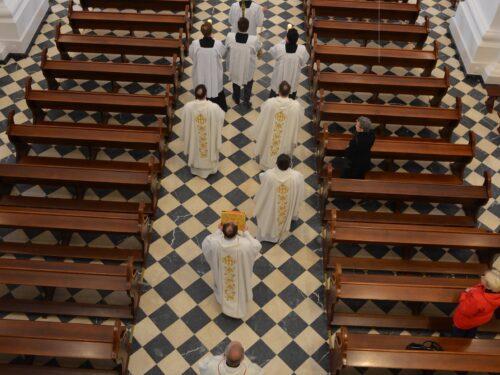 Triduum Paschalne w rawskich parafiach. Święcenie pokarmów przed kościołami, na wioskach i online