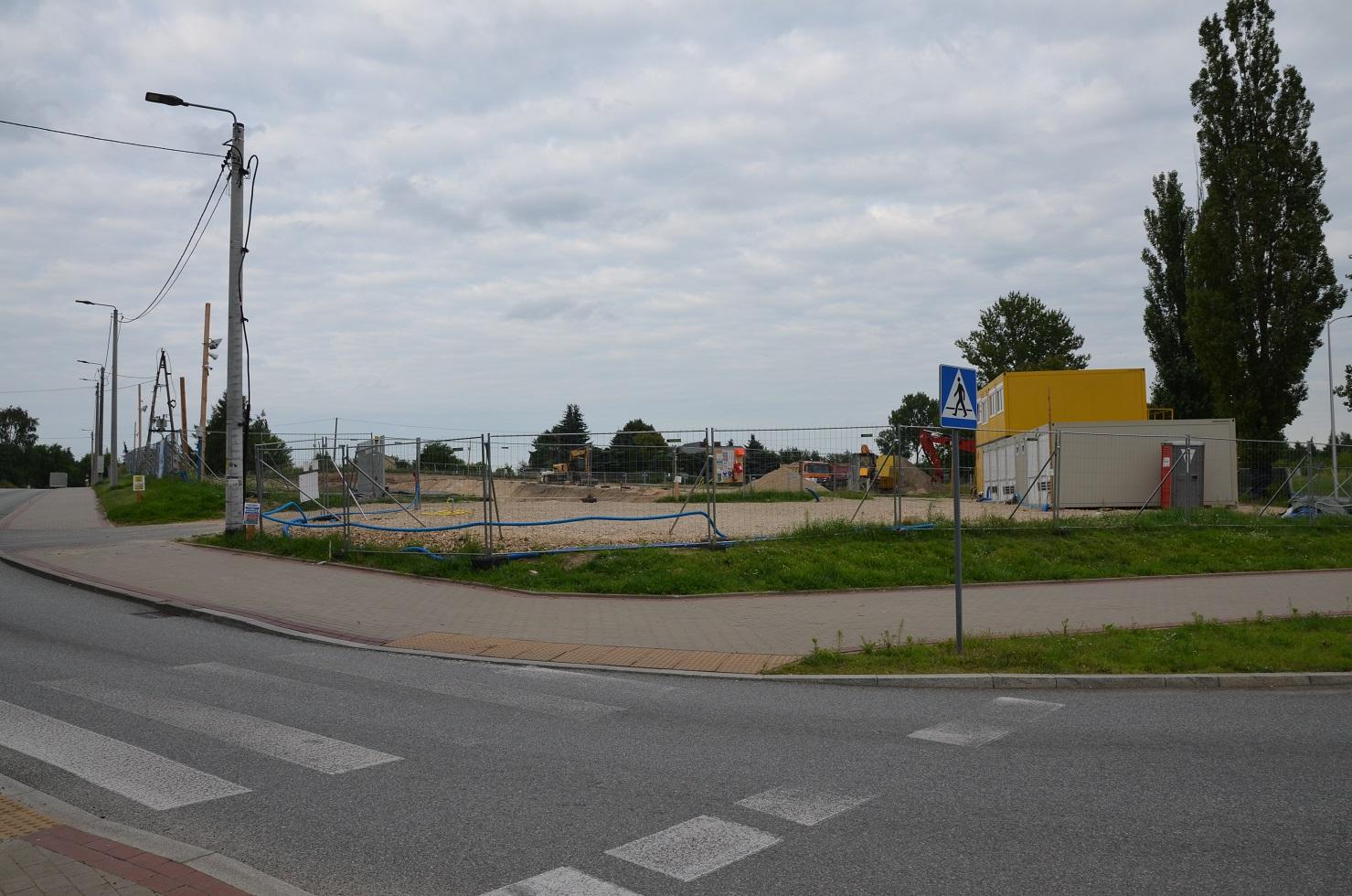 Miejsce budowy nowych bloków w Rawie Mazowieckiej u zbiegu ulic Mszczonowska i Biała przy rondzie.