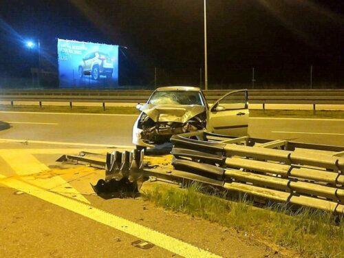Julianów: 19-latek zasnął za kierownicą i uderzył w barierę energochłonną