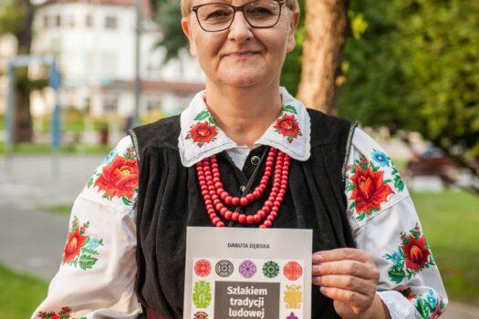 """""""Szlakiem tradycji ludowej. Wycinanka rawska"""" – nowa książka Danuty Dębskiej"""