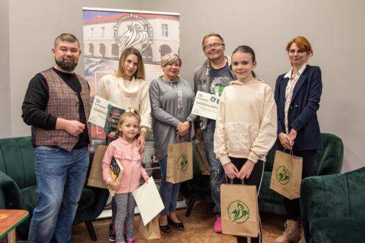 """Biblioteka w Rawie ogłosiła wyniki konkursu fotograficznego """"Książka na wakacjach"""""""