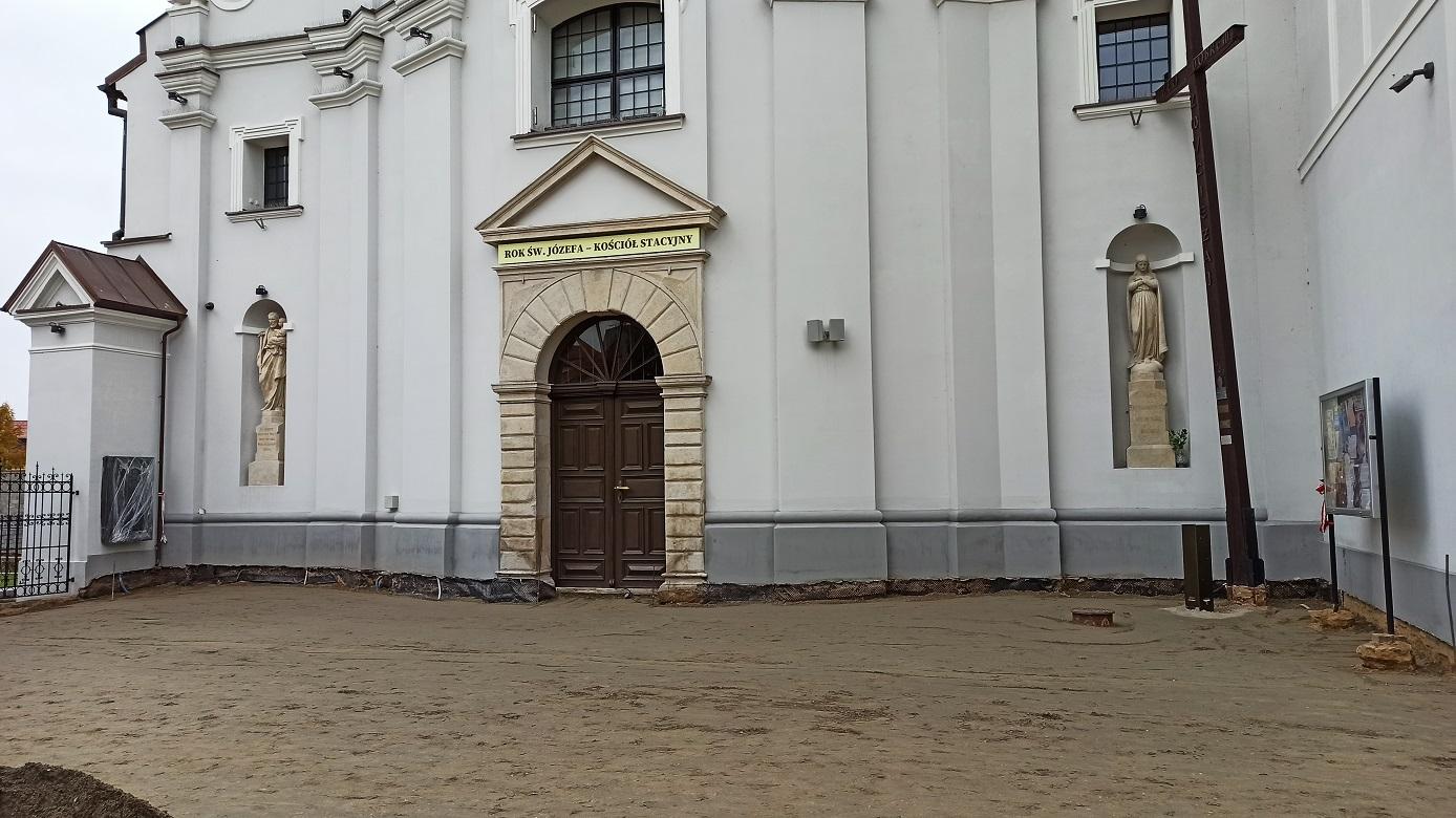wejście do dużego koscioła w Rawie płyty granitowe kochamrawe